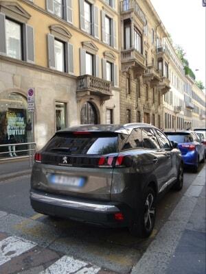 プジョー3008 ミラノのブレラ通り