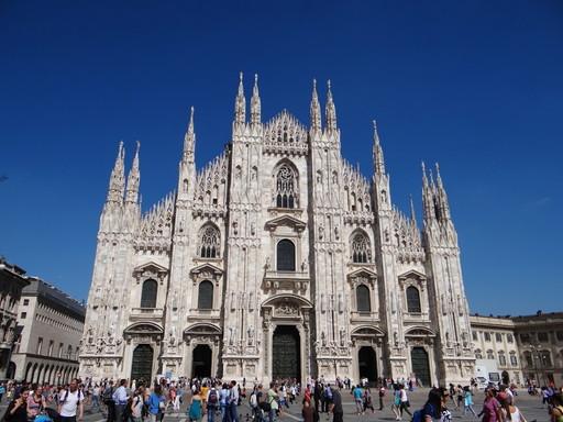 ミラノのシンボル おしゃれなミラネーゼが闊歩する大聖堂ドゥオーモ前広場