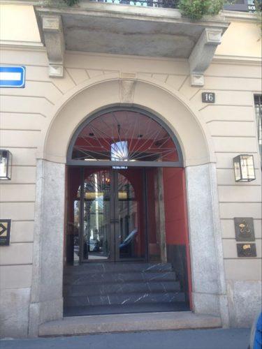 常連じゃないと普通に通り過ぎていまうマンダリン オリエンタル ミラノの入り口です。