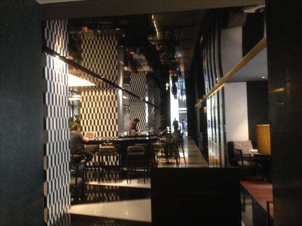 入り口からは想像できないモダンな1階ラウンジスペース