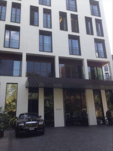 ブルガリホテルのエントランスに5000万近くするロールスロイス ファントム