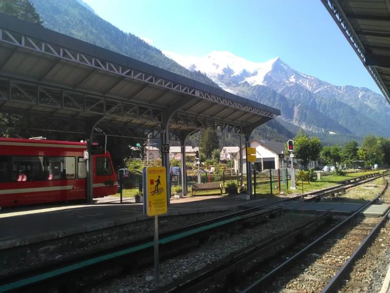 シャモニー中心街の鉄道駅とモンブラン