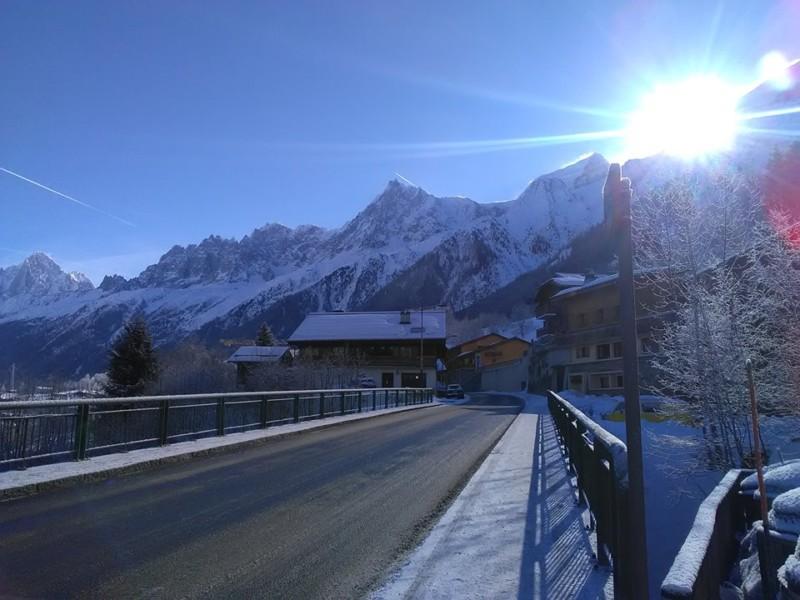 Les Houchesのヴェルビュースキー場ロープウェイ乗り場前からの冬の朝