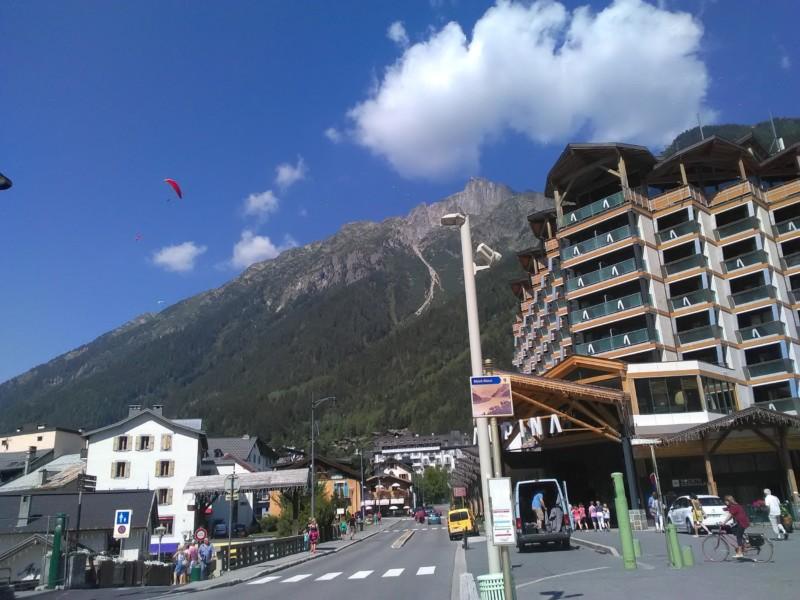 ホテルの後方にそびえるブレヴァン上空に舞うパラグライダー