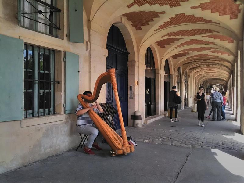 ヴォージュ広場は、いつ行ってもストリート音楽家がいっぱい