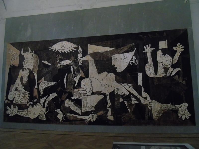 こちらは、ピカソのゲルニカを真似て木の板に掘られたレプリカ