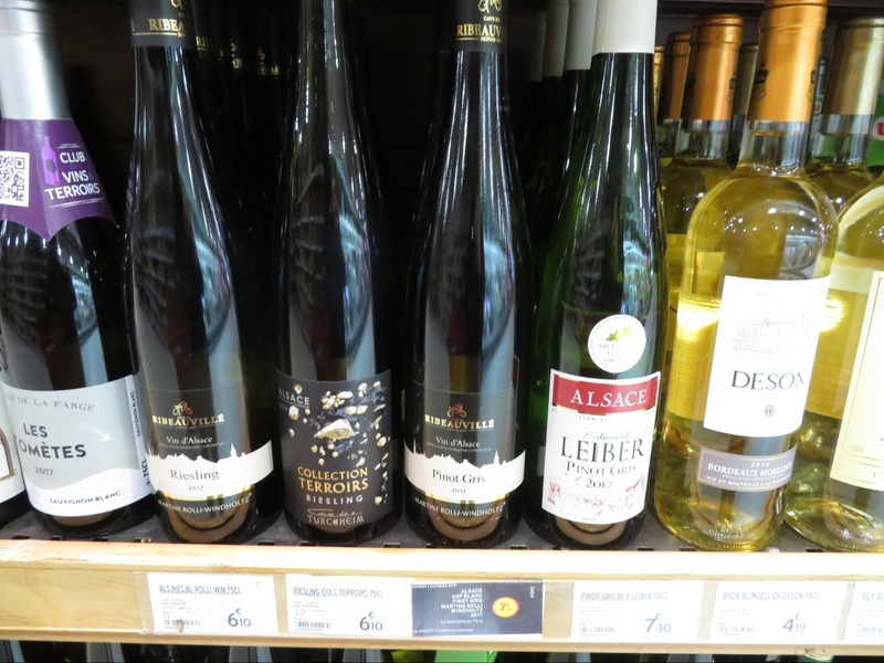 フランスのスーパーの店頭に並ぶアルザス地方のワイン