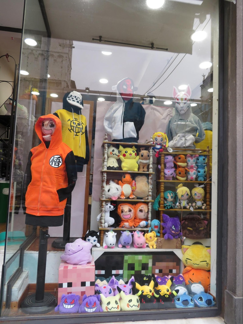 城壁の中にいくつもあるアニメ関連のお店