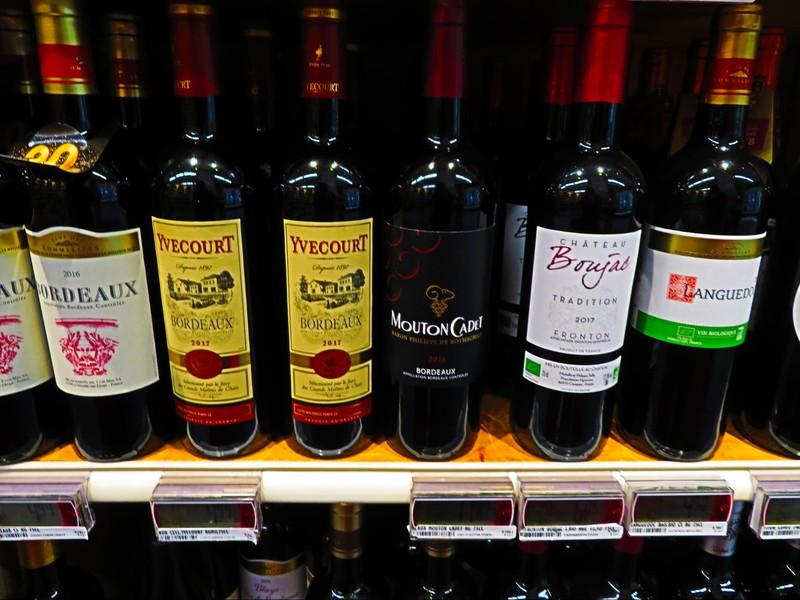 フランスのスーパーの店頭に並ぶボルドー産のワイン
